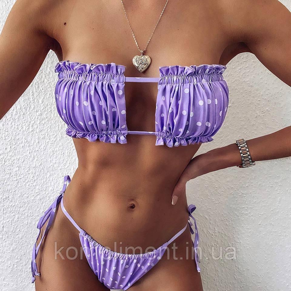 Жіночий роздільний купальник з топом і яскравим модним принтом.