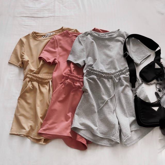 Однотонный повседневный женский костюм с шортами и футболкой