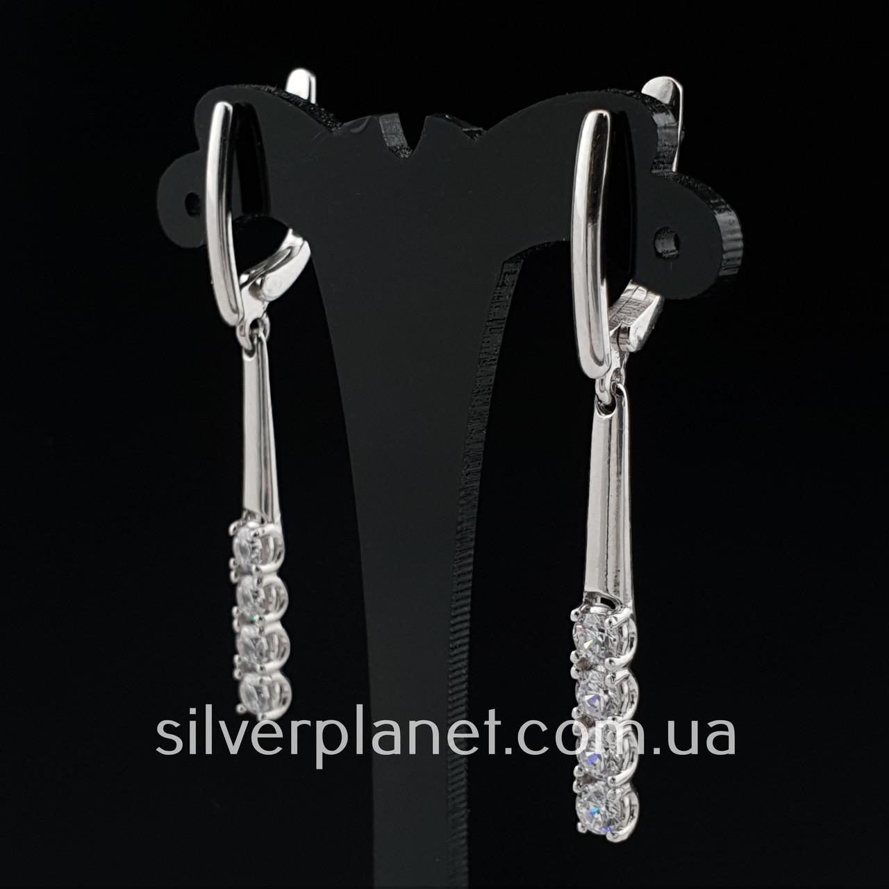 Стильні срібні сережки підвіски з камінням фіанітами родовані. Кульчики срібні висюльки з цирконієм