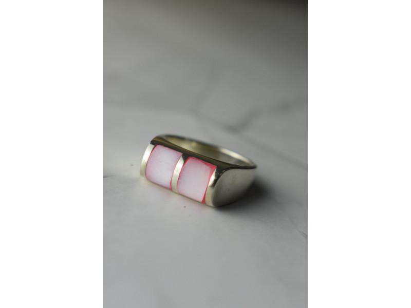 Серебряное кольцо 925 пробы с розовым Перламутром