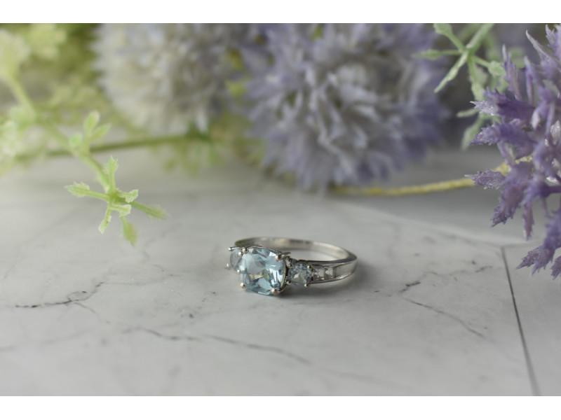 Серебряное кольцо с нежно-голубой и бесцветной Шпинелью