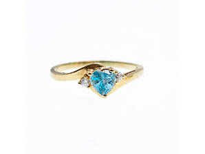 Золотое кольцо с голубым и белым топазом  Сердце