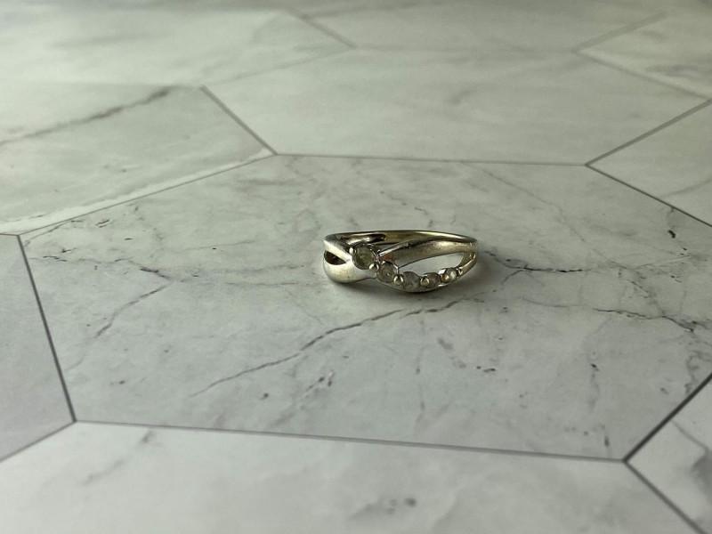 Серебряное кольцо с камнями белый Топаз
