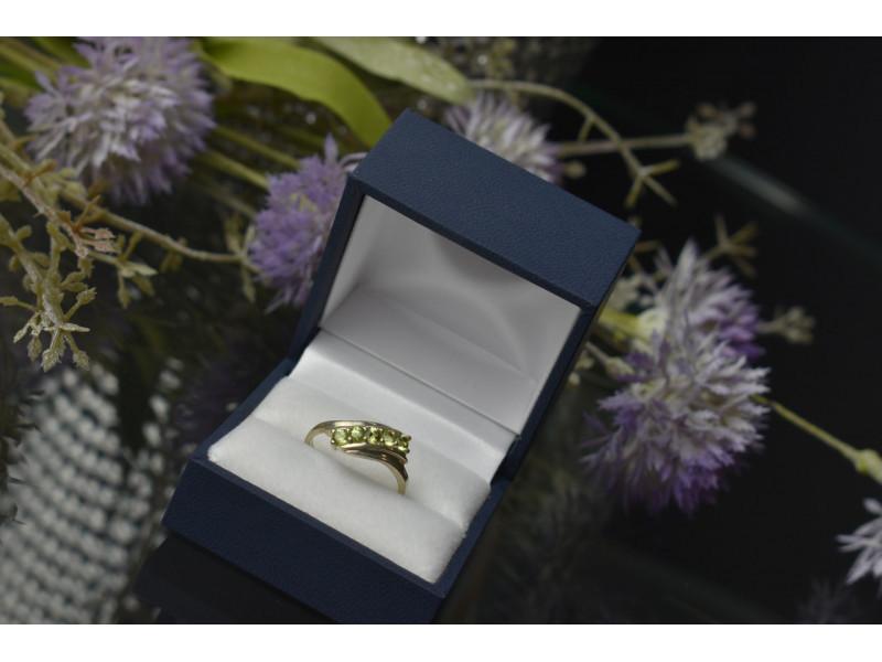 Серебряное кольцо 925 пробы с зеленым камнем Перидот