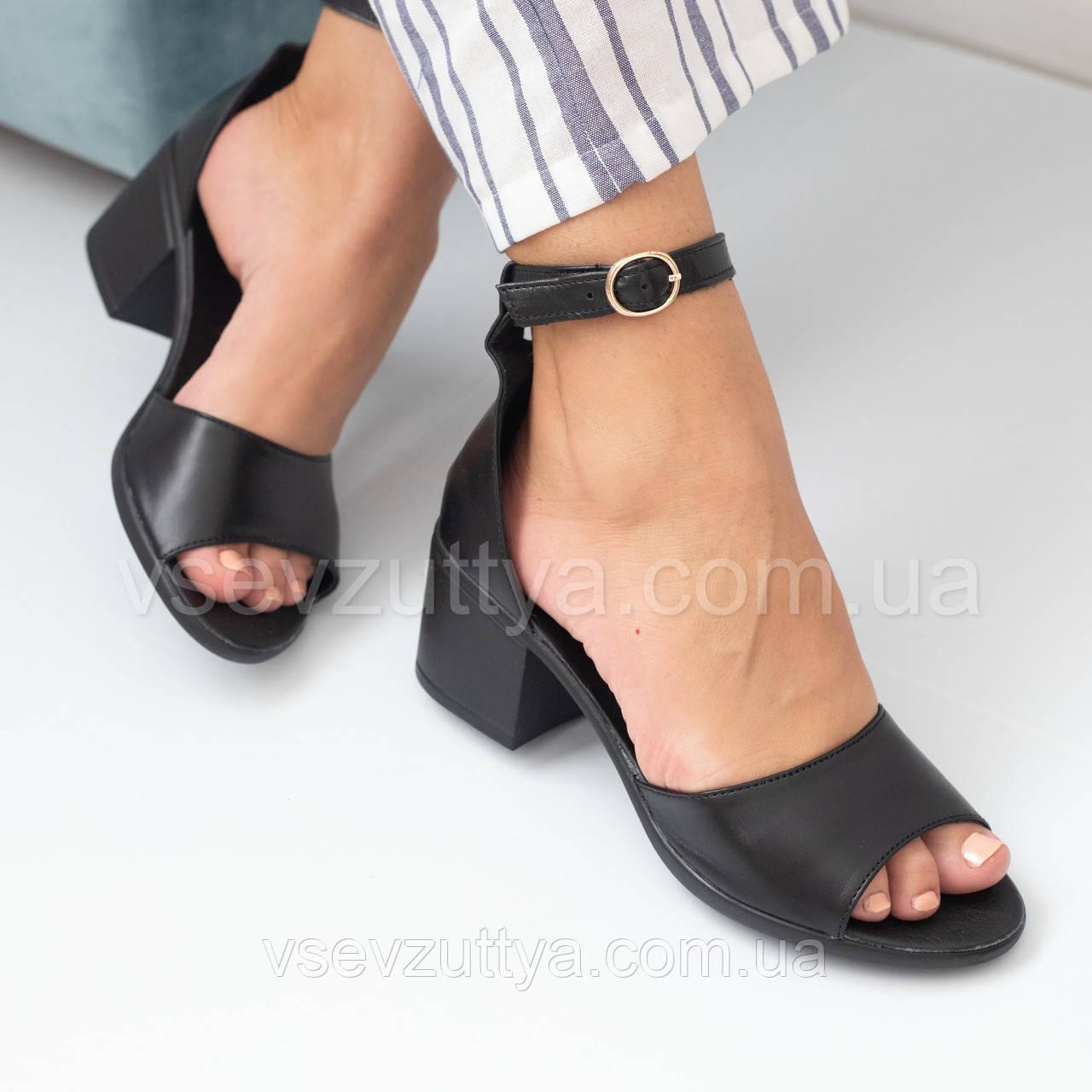 Босоніжки жіночі чорні шкіряні на каблуку