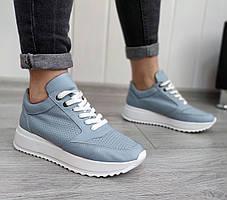 Шкіряні блакитні кросівки. перфорація не наскрізна в наявності