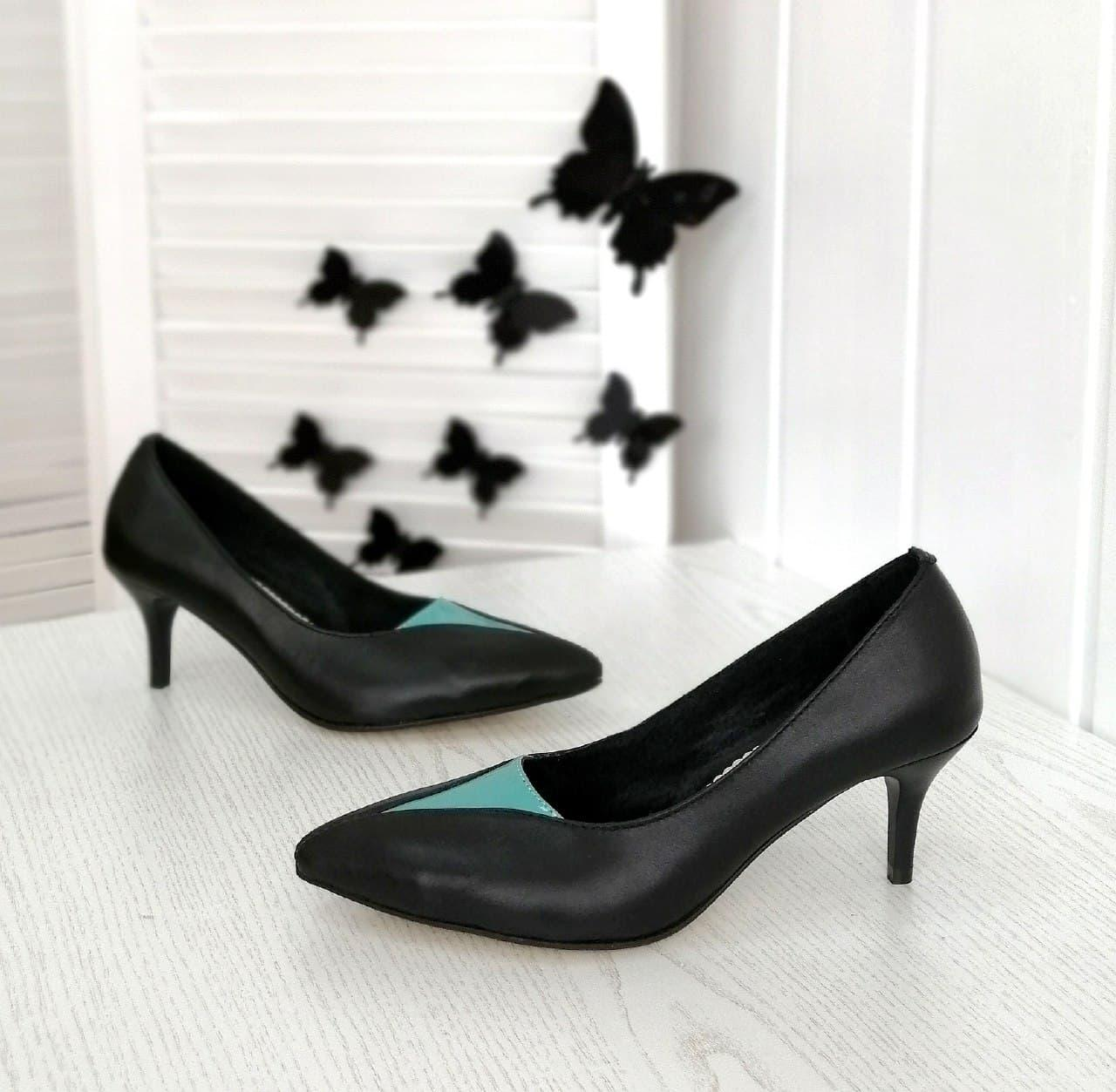 Остроносые туфли черного цвета на шпильке в наличии