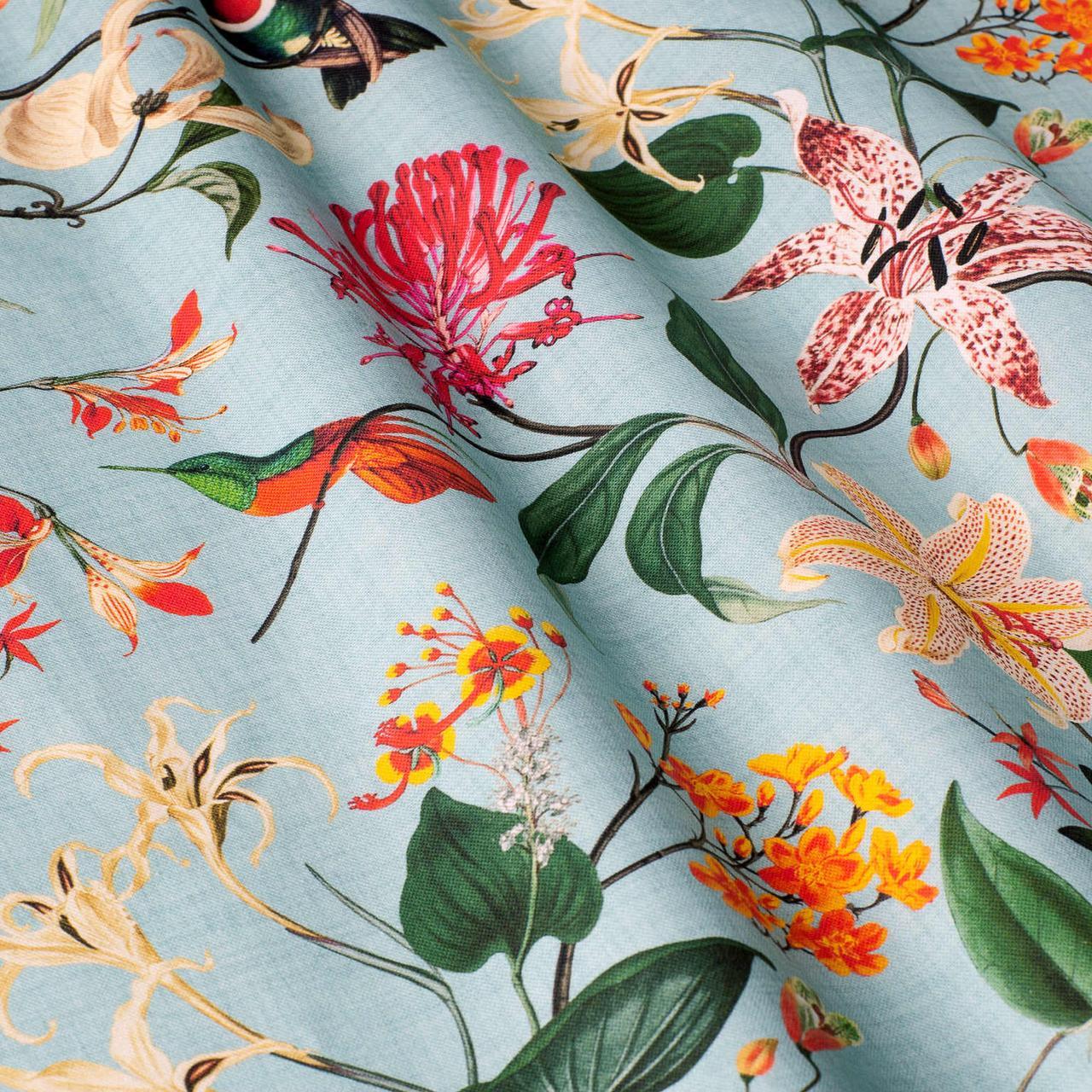 Декоративная ткань с крупными цветными растениями и птицами на голубом 84296v1