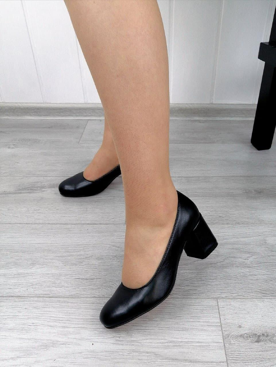 Черные классические туфли на каблуке в наличии