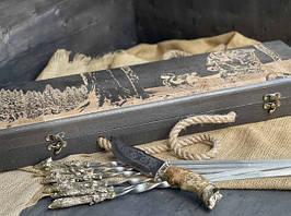"""Подарунковий набір шампурів """"Мисливські трофеї"""" з ножем, в розписному буковому кейсі"""