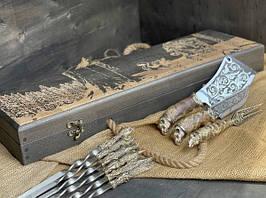 """Подарунковий набір шампурів """"Мисливські трофеї"""" з ножем, виделкою і секачем, в розписному буковому кейс"""