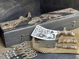 """Подарунковий набір шампурів """"Лев"""" з ножем, виделкою і секачем, в розписному буковому кейсі"""