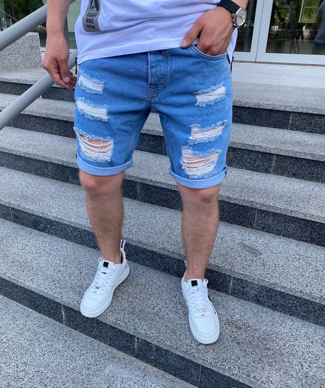 Мужские джинсовые шорты МОМ голубого цвета рваные