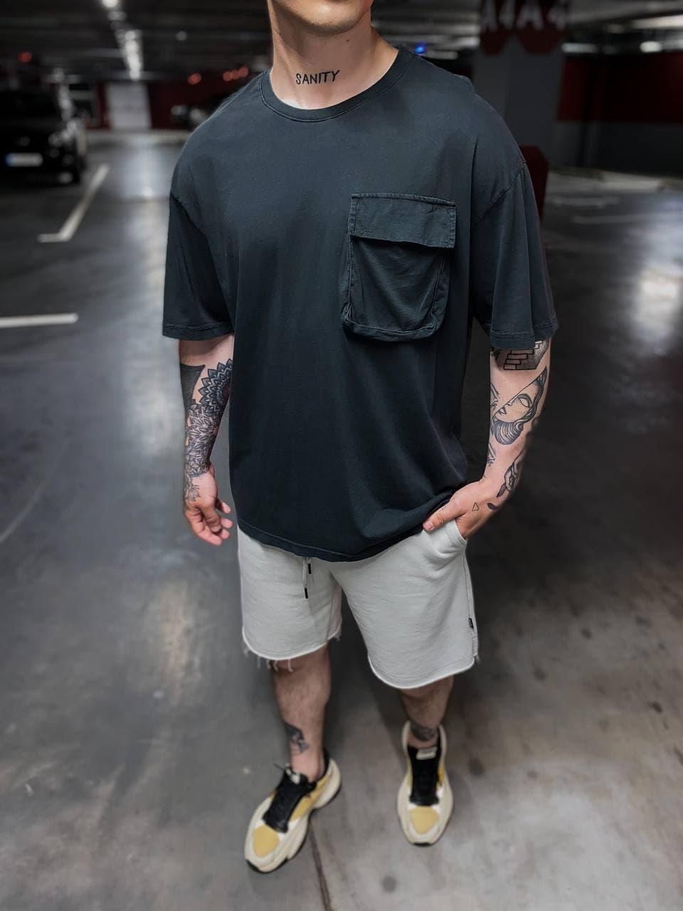 Мужская футболка удлиненная черная с накладным карманом