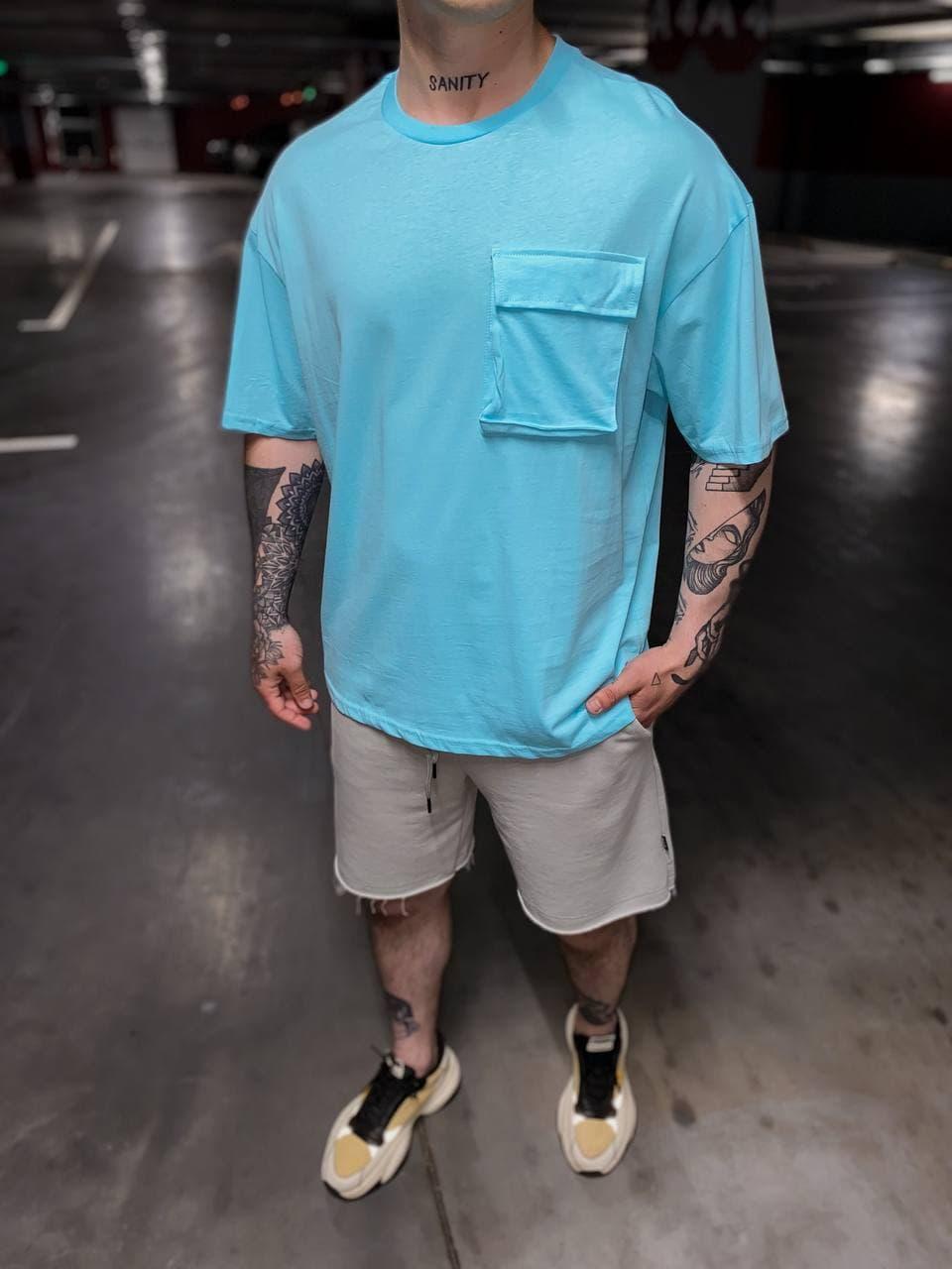 Мужская футболка удлиненная голубая с накладным карманом