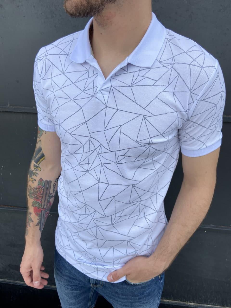 Мужская футболка-поло белого цвета с геометрическим узором