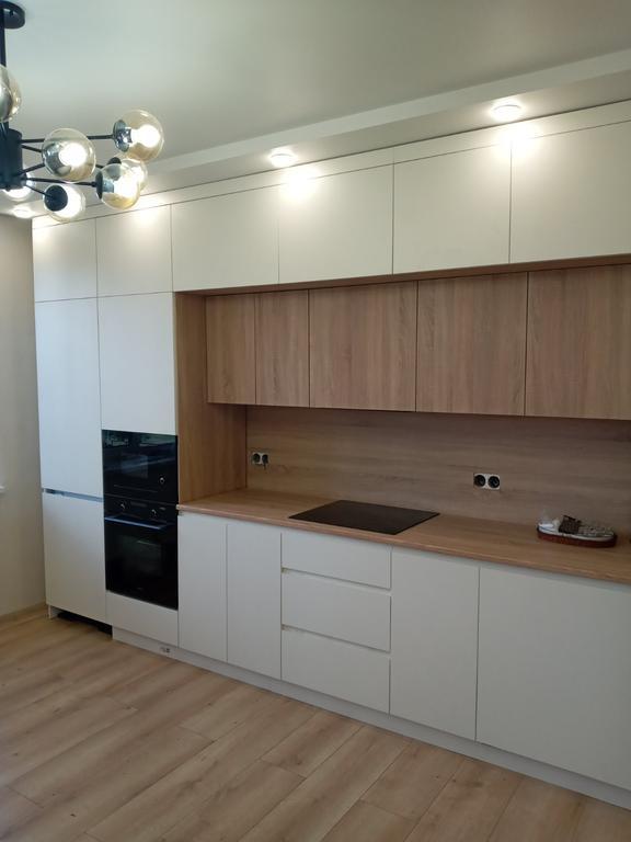 Встроенная двухуровневая кухня 4,3 м с врезной подсветкой