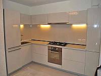 Светлая кухня с нежно-бежевыми фасадами из МДФ