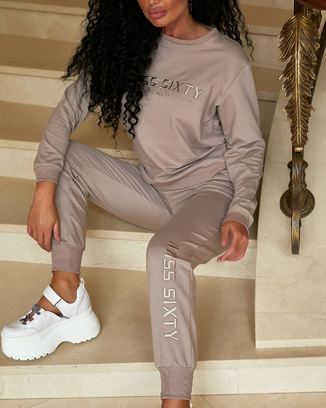 Стильный женский спортивный костюм с вышивкой