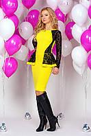Платье  890 желтое с черными вставками из гипюра облегающее с узкой юбкой и баской