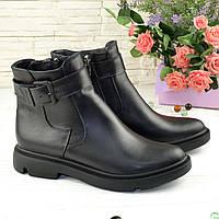 Ботинки женские кожаные на низком ходу, декорированы ремешком. Цвет черный. 41 размер