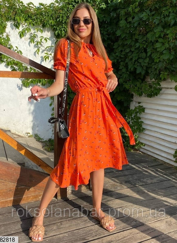 Помаранчева сукня з квітковим принтом