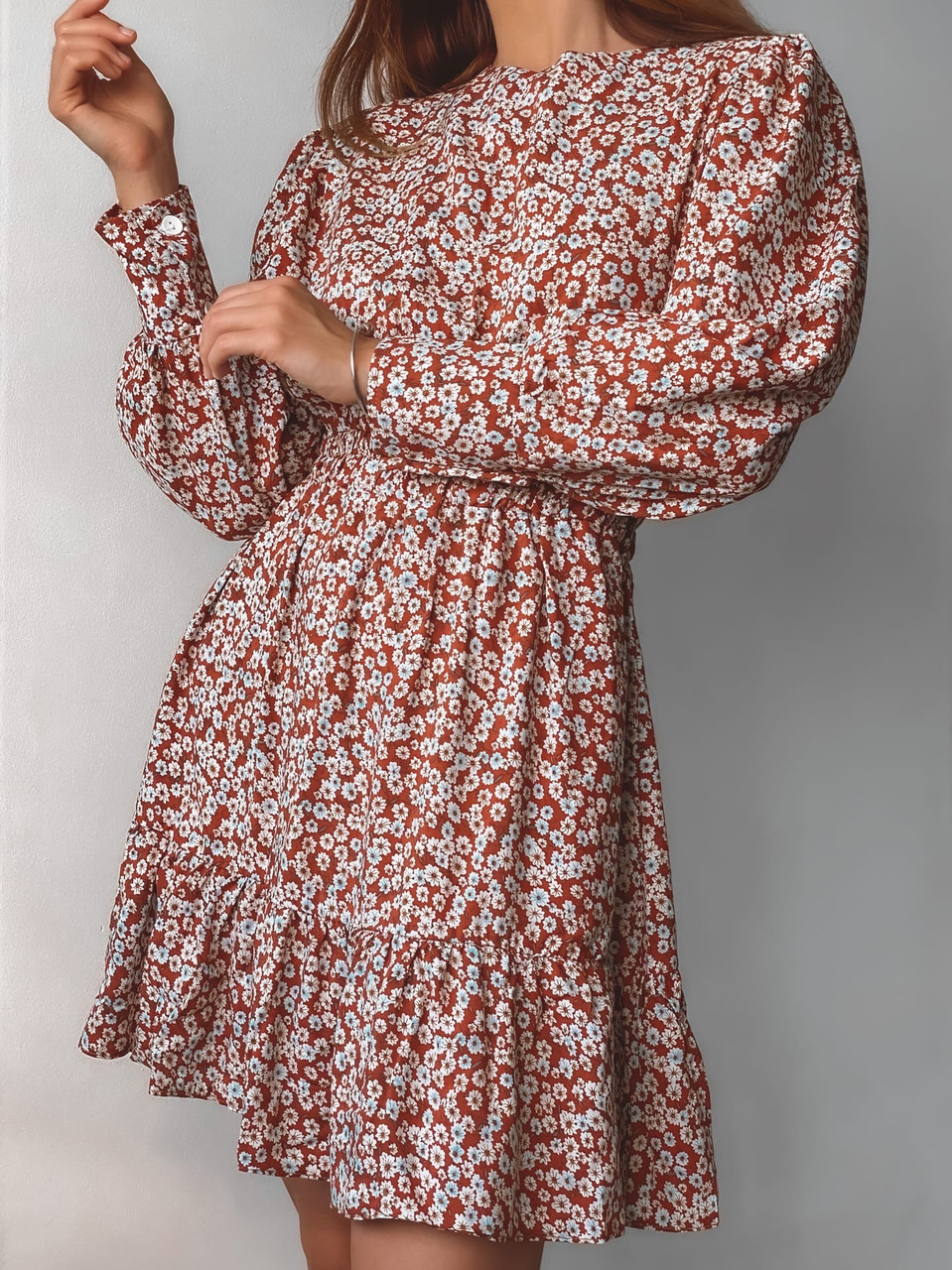Жіноче плаття зі штапеля в дрібну квіточку з довгими рукавами