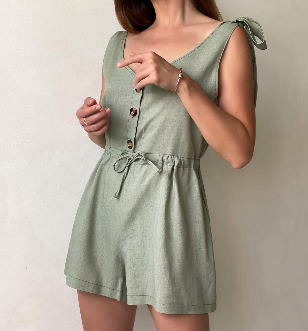 Короткий женский льняной комбинезон с шортами