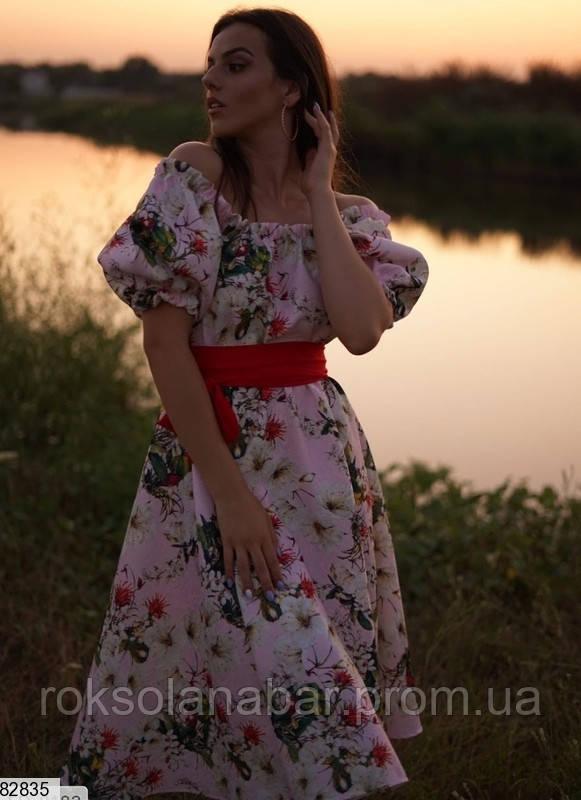 Літня сукня блідо-рожевого кольору з великим квітковим принтом