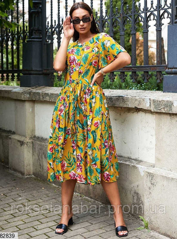 Летнее желтое платье с тропическим принтом