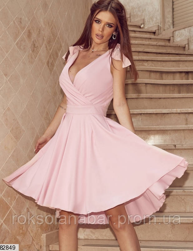 Классическое летнее платье розового цвета на бретелях