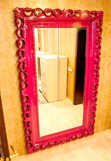 Резная рама зеркала изготовлена из дерева бук.