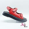 Червоні жіночі босоніжки на платформі стильною
