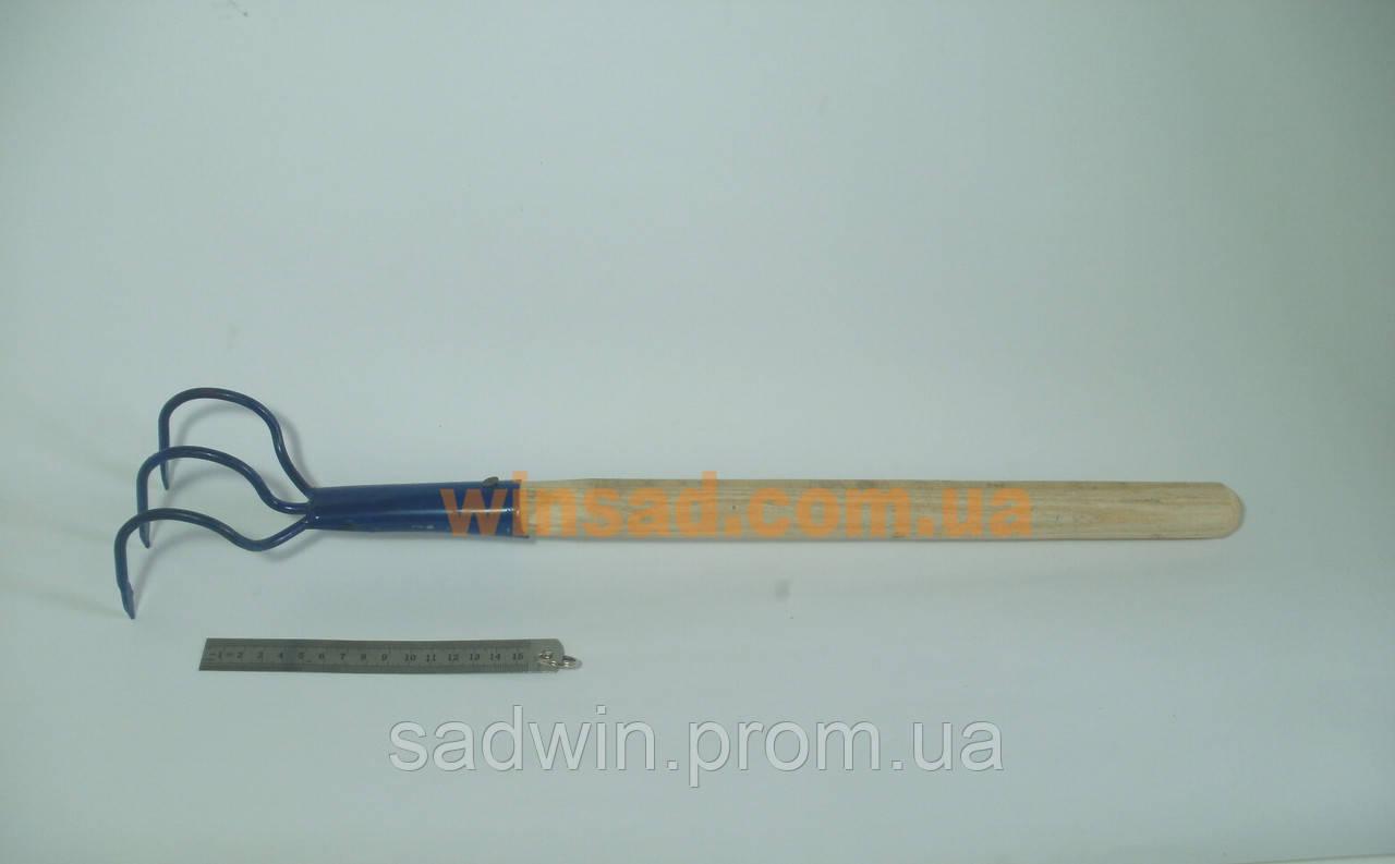 Рыхлитель почвы ручной с деревянной ручкой. Инструментальная сталь.