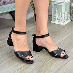 Босоніжки жіночі шкіряні на невисоких підборах, колір чорний