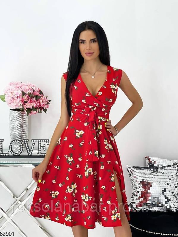 Літня червона сукня з квітковим принтом на поясі і з декольте