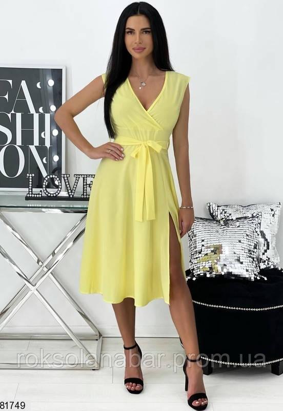 Летнее платье желтого цвета на поясе и с декольте