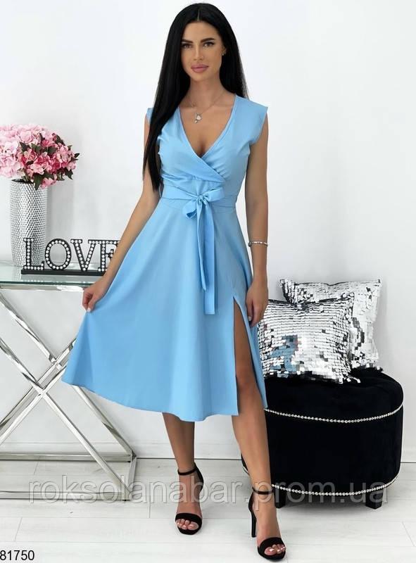 Летнее платье голубого цвета на поясе и с декольте