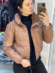 Женская короткая демисезонная куртка из экокожи