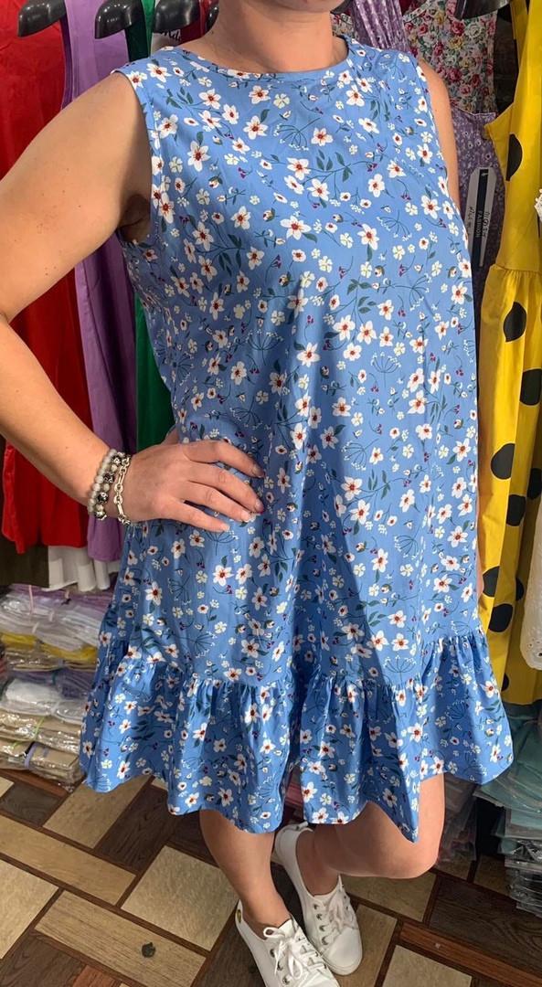 Женское летнее платье в цветочный принт с воланом