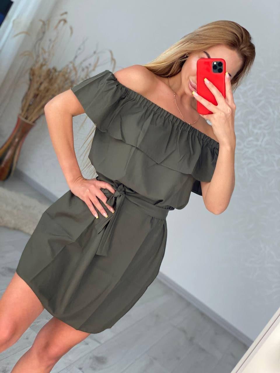 Стильное платье с воланом открытыми плечами и поясом из софта