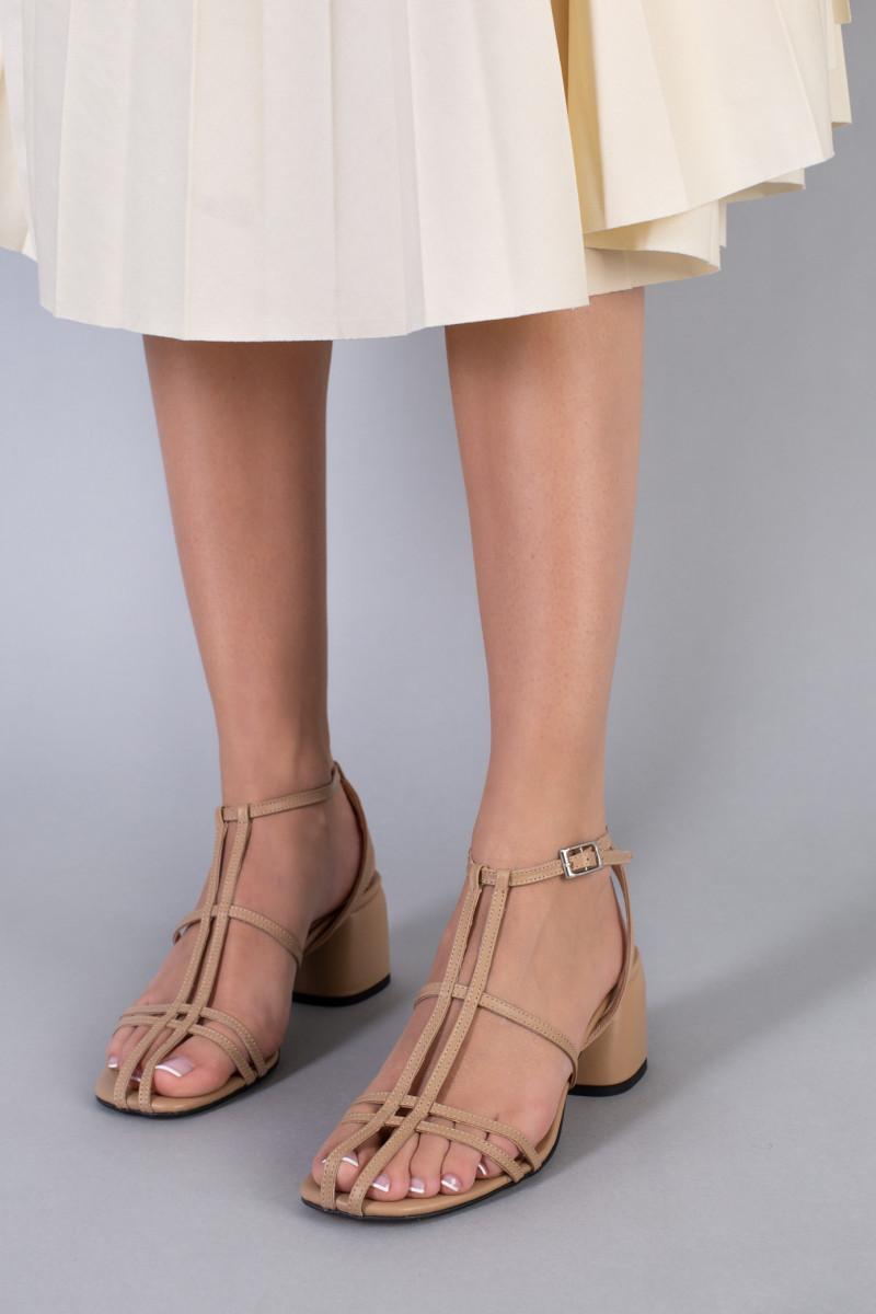 Босоножки женские кожаные карамельного цвета на каблуке