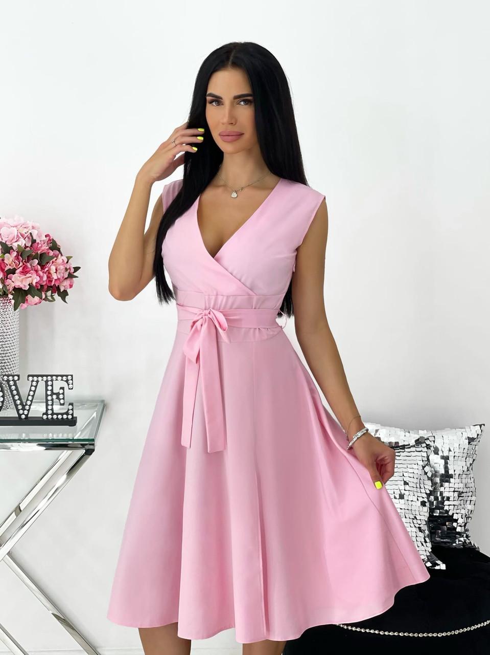 Повседневное яркое летнее платье с юбкой клеш, с небольшим разрезом и красивым декольте