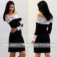 Платье с открытыми плечами и широким кружевом