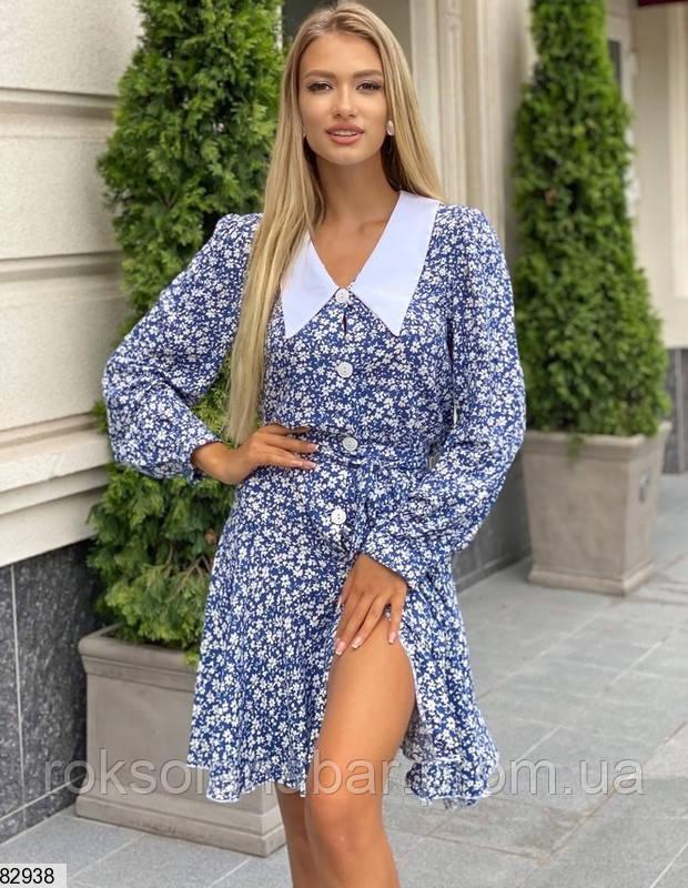 Класична літня сукня синього кольору з білим великим коміром