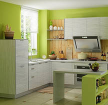 Идея для оформления кухни: невысокие шкафчики, отделение зоны готовки специальными полочками