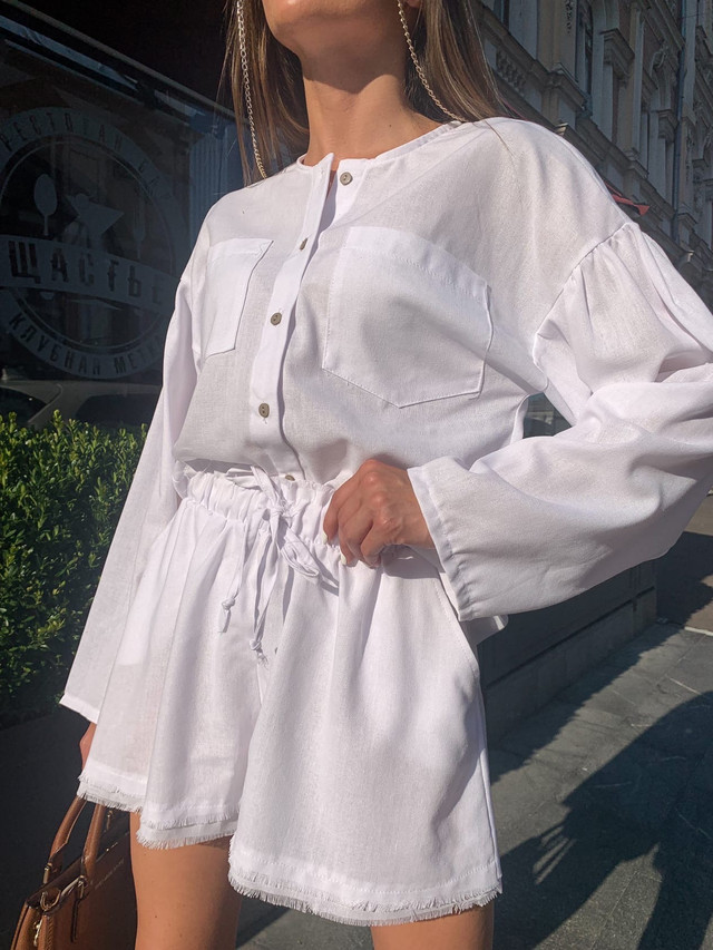 Льняной летний костюм свободного кроя с рубашкой и шортами
