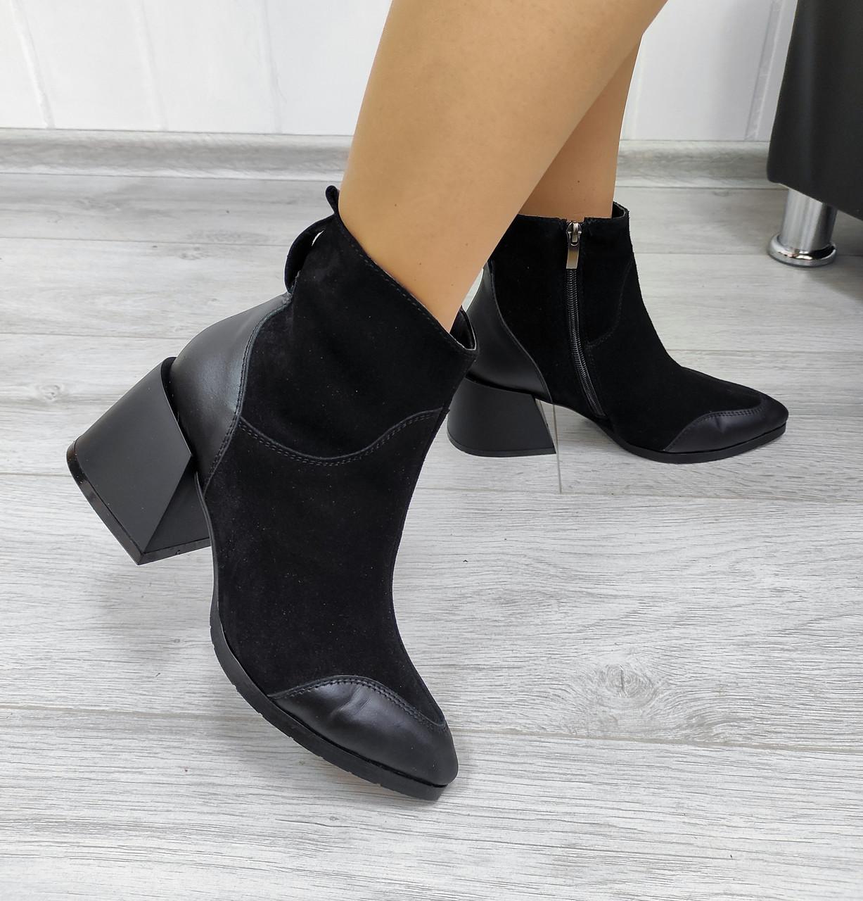 Чорні замшеві черевики на підборах