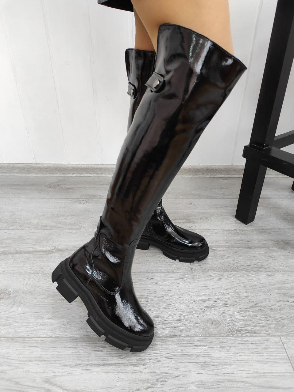 Женские лаковые ботфорты на низком ходу в наличии