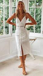 Летнее приталенное платье на бретелях длины миди